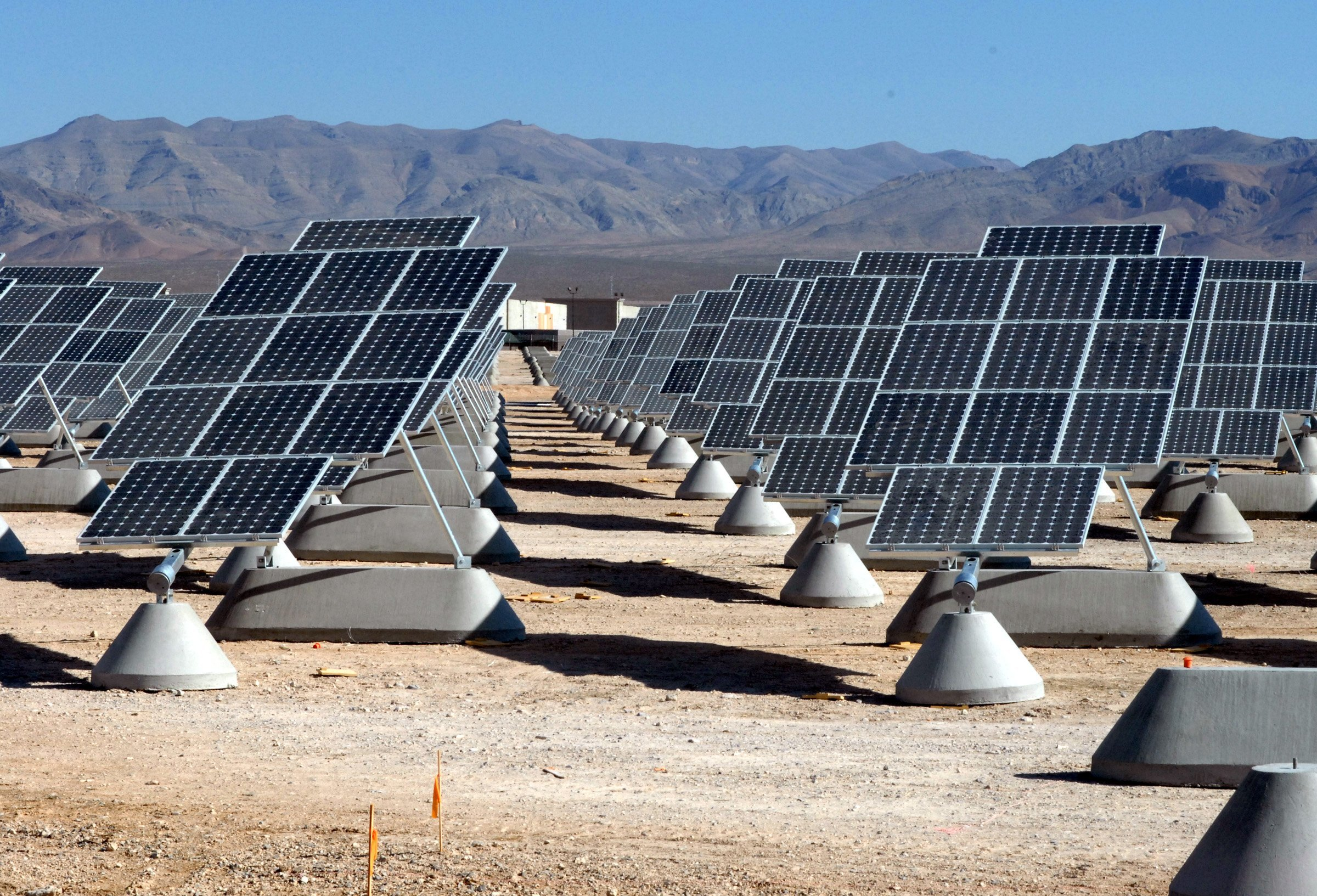 Solar installation at Nellis Air Force Base, USA. Image : Wikimedia Commons